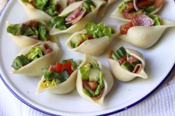 H σαλάτα μέσα σε μακαρόνια που θα λατρέψετε!