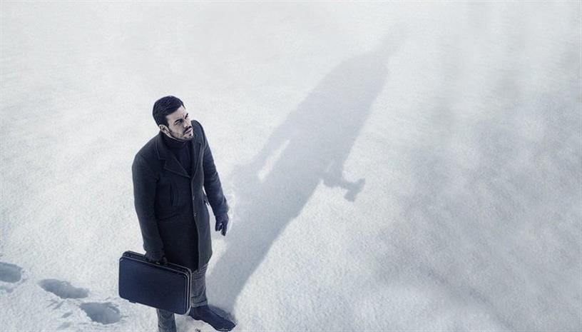 Ο «Αόρατος Επισκέπτης», σε σκηνοθεσία Οριόλ Πάουλο