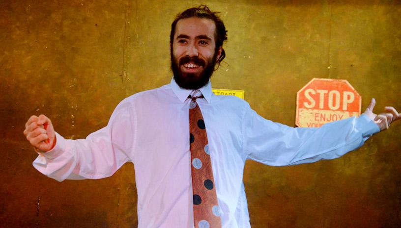 «Ο άνδρας με την πουά γραβάτα» σου θυμίζει ότι η καριέρα δεν είναι το παν στη ζωή