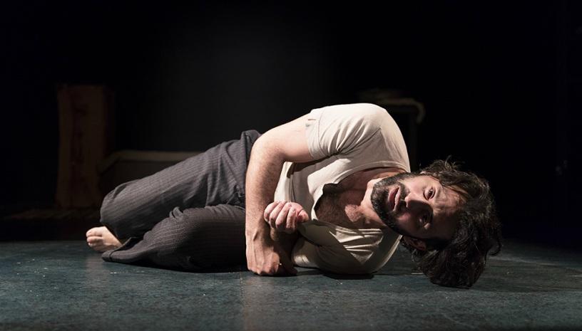 «Στα ξένα Έλληνας και στην Ελλάδα ξένος» του Θανάση Σκρουμπέλου στο Θέατρο Χώρα